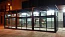 Cerramiento aluminio con techo policarbonato vista frontal derecha nocturna