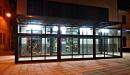 Cerramiento aluminio con techo policarbonato vista frontal izquierda nocturna