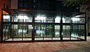 Cerramiento aluminio con techo policarbonato vista frontal nocturna