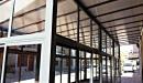 Cerramiento aluminio con techo policarbonato vista lateral interior