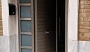 puerta aluminio anodizado machambrado vista frontal con cristales fijos