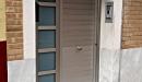 puerta aluminio anodizado machambrado vista lateral con cristales fijos