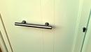 puerta aluminio lacado blanco panel impreso lineas detalle tirador