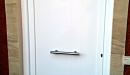 puerta aluminio lacado blanco panel impreso lineas