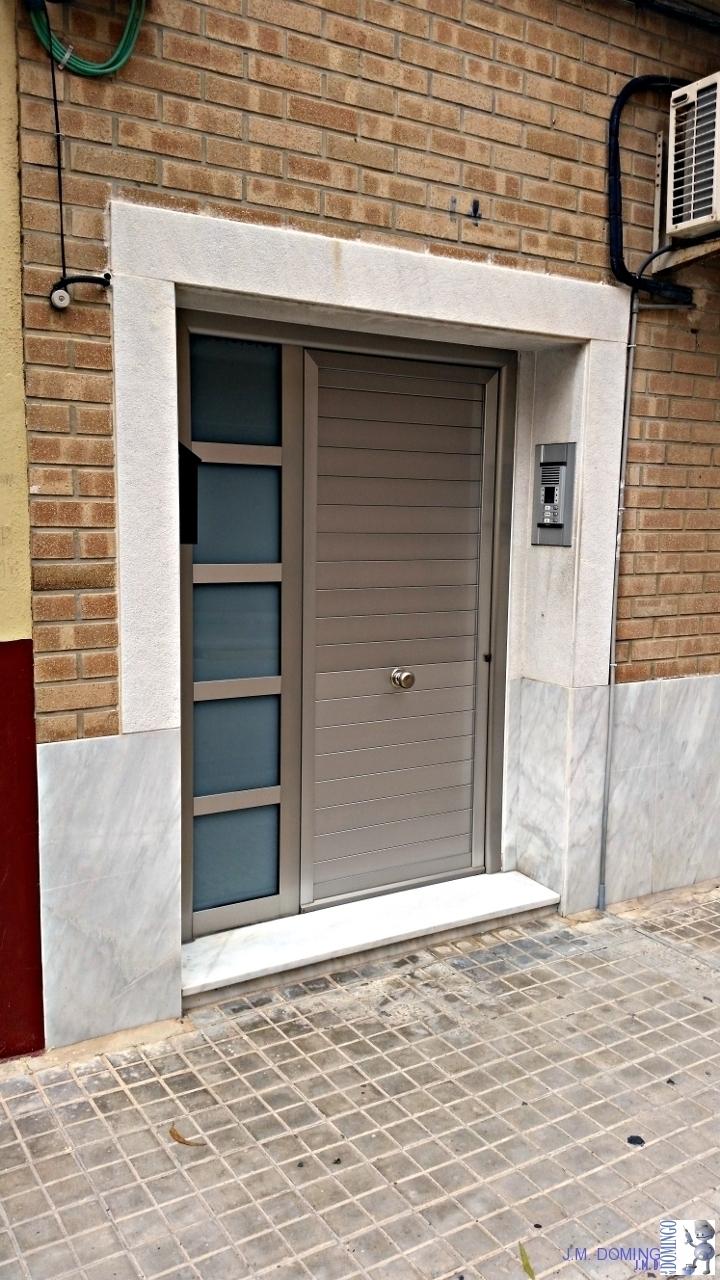 Puerta de aluminio con cristal gallery of fabulous for Puerta corredera aluminio exterior